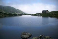 A cabana velha da montanha do lago fish Sete lagos Rila fotografia de stock