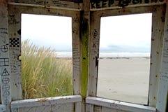 Cabana velha do Lifeguard na praia fotografia de stock