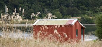 Cabana vermelha simples do arbusto fotografia de stock