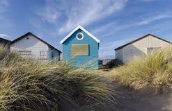 Cabanas azuis & brancas da praia fotografia de stock royalty free