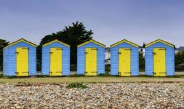 Cabanas azuis e amarelas da praia Fotografia de Stock
