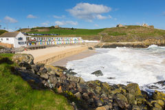 Cabanas coloridas da praia do St Ives Cornwall England da praia de Porthgwidden Fotografia de Stock Royalty Free