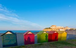 Cabanas coloridas da praia na praia de Peniscola Fotos de Stock Royalty Free
