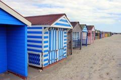 Cabanas coloridas da praia na paisagem da praia Imagem de Stock
