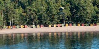 Cabanas coloridas da praia perto de Helsínquia, Finlandia Foto de Stock