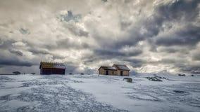 Cabanas da pesca no inverno com céu dramático Imagem de Stock