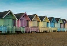 Cabanas da praia na ilha de Mersea fotografia de stock