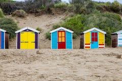 Cabanas da praia na praia de Saunton, Reino Unido imagem de stock