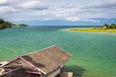 Cabanas da vila e do pernas de pau em Tentena no lago Poso em Sulawesi central, destino famoso do turista em Indonésia imagem de stock royalty free