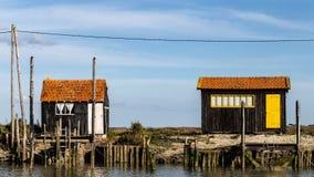 Cabanas de Fishermens o no porto do La Tremblade foto de stock royalty free
