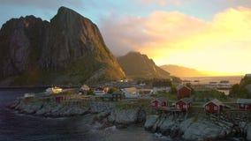 Cabanas de madeira vermelhas, conhecidas como Rorbu, na vila de Reine video estoque