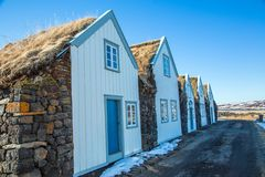 Cabanas do telhado da grama com parte dianteira branca imagens de stock