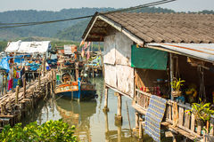 Cabanas e barco de pesca no cais dentro na vila do pescador Imagem de Stock