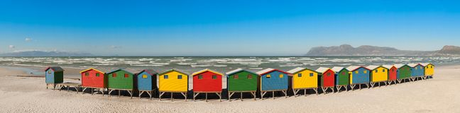Cabanas em mudança em Muizenberg (África do Sul) Imagens de Stock Royalty Free