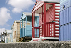 Cabanas inglesas tradicionais da praia Fotografia de Stock Royalty Free