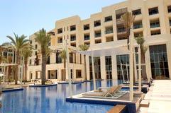 Cabanas na piscina do hotel de luxo foto de stock royalty free