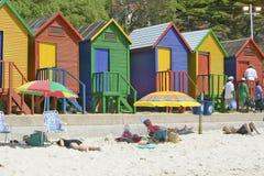 Cabanas Pastel-coloridas brilhantes da praia em St James, baía falsa no Oceano Índico, fora de Cape Town, África do Sul Imagens de Stock Royalty Free