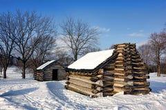 Cabanas rústicas de madeira na neve no parque nacional da forja do vale imagem de stock royalty free