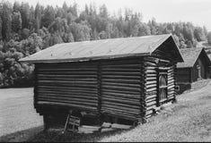 Cabanas velhas do log para os abrigos animais nos cumes suíços, com photgraphy análogo - 1 fotografia de stock