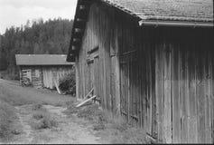 Cabanas velhas do log para os abrigos animais nos cumes suíços, com photgraphy análogo - 3 fotografia de stock royalty free