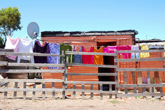 Cabane africaine dans la banlieue noire Images libres de droits