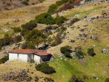 Cabane d'isolement de société sur les pentes de montagne image libre de droits