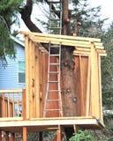 Cabane dans un arbre. Photo stock