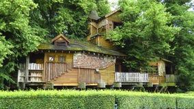 Cabane dans un arbre en bois d'Alnwick, jardin d'Alnwick, dans le comté anglais du Northumberland Images libres de droits