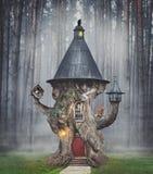 Cabane dans un arbre féerique de mystère dans la forêt d'imagination illustration libre de droits