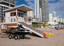 Cabane de maître nageur avec le ski de jet photos libres de droits