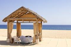 Cabane de massage sur une plage reculée Photographie stock libre de droits