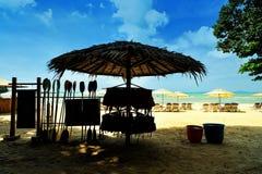Cabane de plage dans les tropiques avec des trains de seasport Image stock