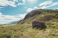 Cabane en bois abandonnée en montagnes Photo stock