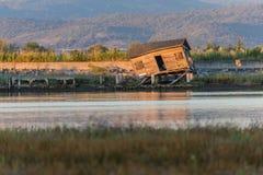 Cabane en bois abandonnée par la mer Photo stock