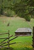 Cabane en bois sur la colline dans le printemps Photo stock