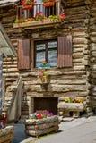 Cabane en rondins en parc naturel de Queyras, Alpes du sud, Frances photos libres de droits