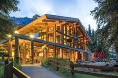 Cabane en rondins luxueuse dans les montagnes Images libres de droits