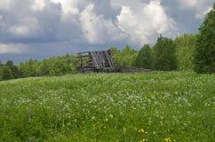 Cabane en rondins ruinée dans le village abandonné Photographie stock libre de droits