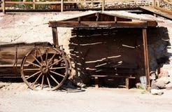 Cabane et horsewagon de cru photographie stock libre de droits
