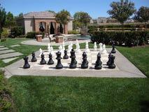 Cabane, piscine et jeu d'échecs Images stock