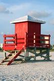 Cabane rouge de maître nageur Photographie stock libre de droits