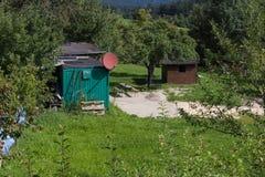 cabane verte de cottage avec l'antenne parabolique sur le toit photo libre de droits