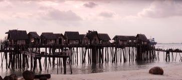 Cabanes augmentées par l'eau photographie stock libre de droits