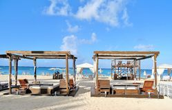 Cabanes de plage sur une plage sablonneuse blanche photographie stock