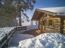 Cabanes en rondins de vacances de montagne à la station de sports d'hiver Le pays des merveilles d'hiver Image stock
