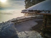 Cabanes en rondins de vacances de montagne à la station de sports d'hiver Le pays des merveilles d'hiver Photographie stock libre de droits