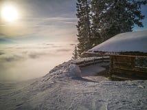Cabanes en rondins de vacances de montagne à la station de sports d'hiver Le pays des merveilles d'hiver Images stock