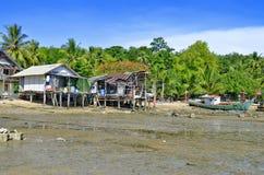 Cabanes et bateaux de pêcheurs à l'île de Mook photos stock