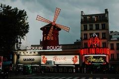 Cabaret ρουζ Moulin τή νύχτα Στοκ Φωτογραφίες