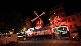 Cabaret ρουζ Moulin τη νύχτα απόθεμα βίντεο
